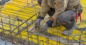 Установка металлического каркаса перед бетонированием
